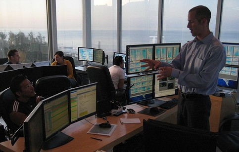 Dynamic Fibonacci Grid forex trading coach Sam Shakespeare mentoring a group of traders in the Malibu Trade Room